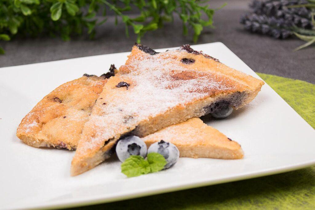 Der Ofenpfannkuchen ist perfekt fürs Frühstück. Das Rezept ist zu dem glutenfrei.