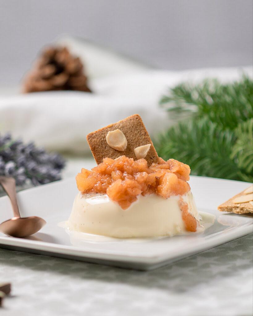 Das leckere Panna Cotta mit Apfel-Zimt-Kompott ist ein perfektes Dessert für Herbst und Winter.