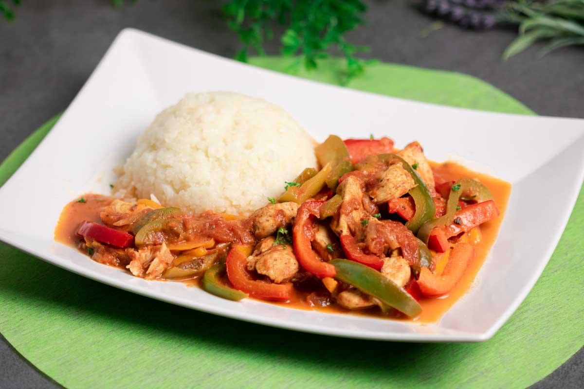 Das Paprika-Geschnetzelte ist lecker Low Carb und glutenfrei. Es ist einfach zu kochen und schmeckt großartig.