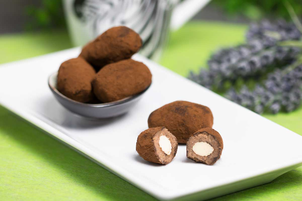 Die Schokoeier mit Mandelkern sind ohne Zucker, ohne Mehl und ohne Kohlenhydrate