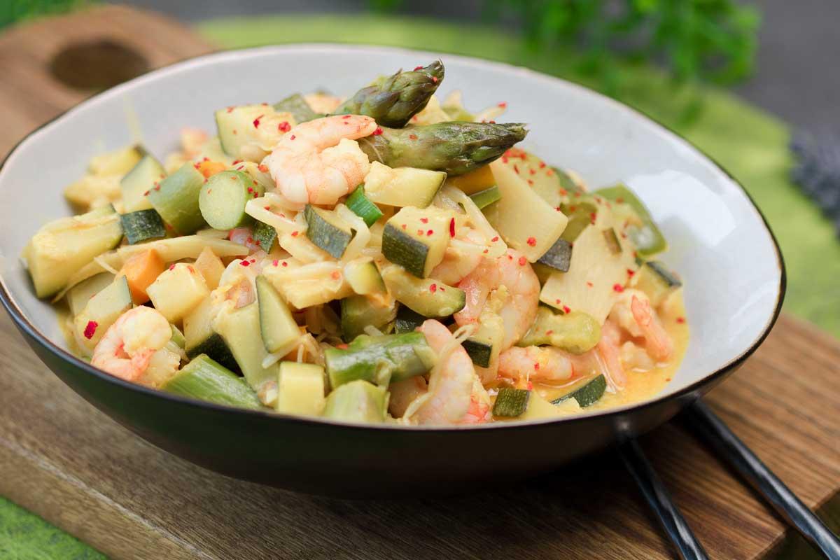Das Spargel-Zucchini-Curry ist ein leckeres Low Carb Hauptgericht.