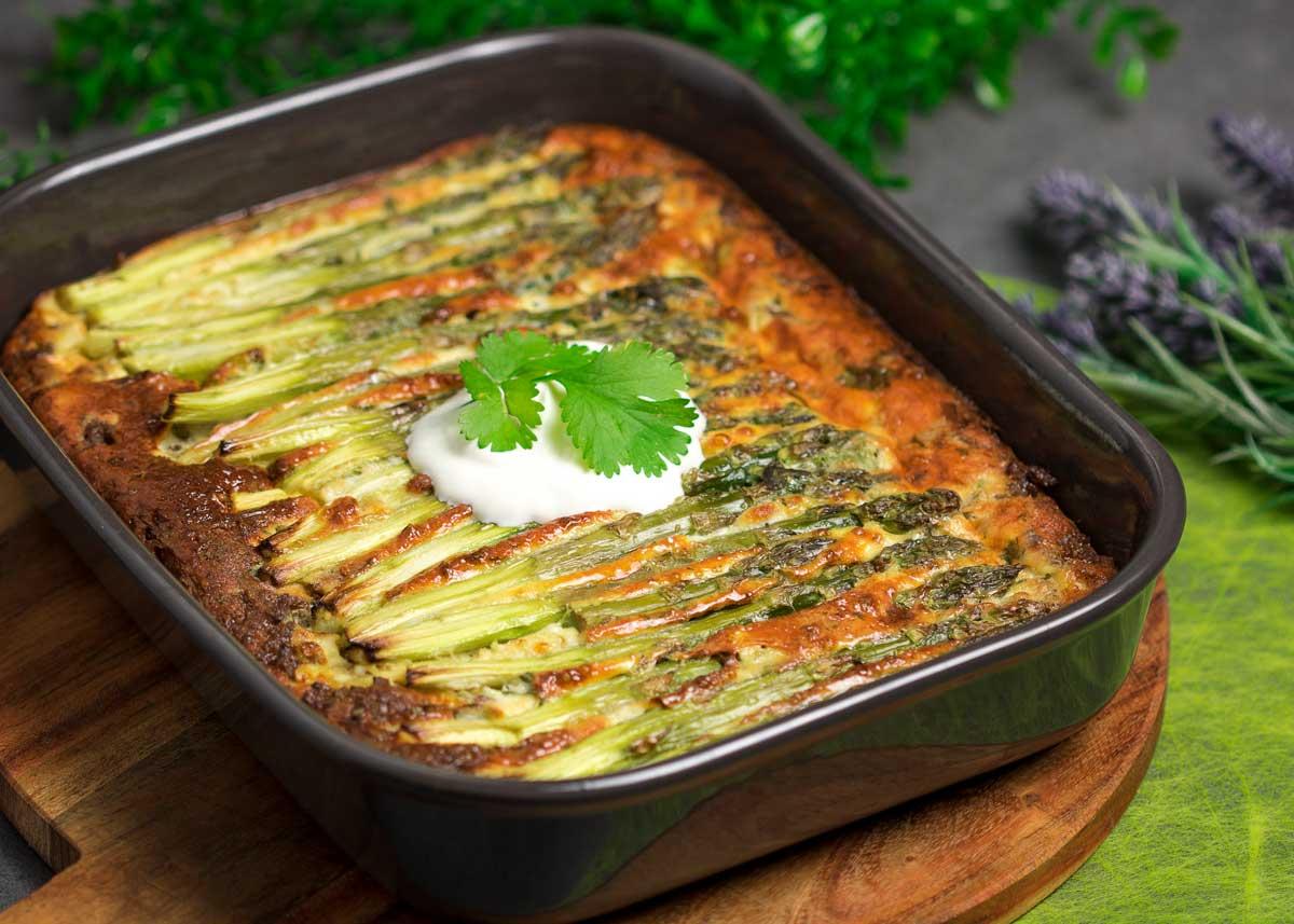 Die Spargel-Frittata ist ein leckeres und unkompliziertes Low Carb Rezept.