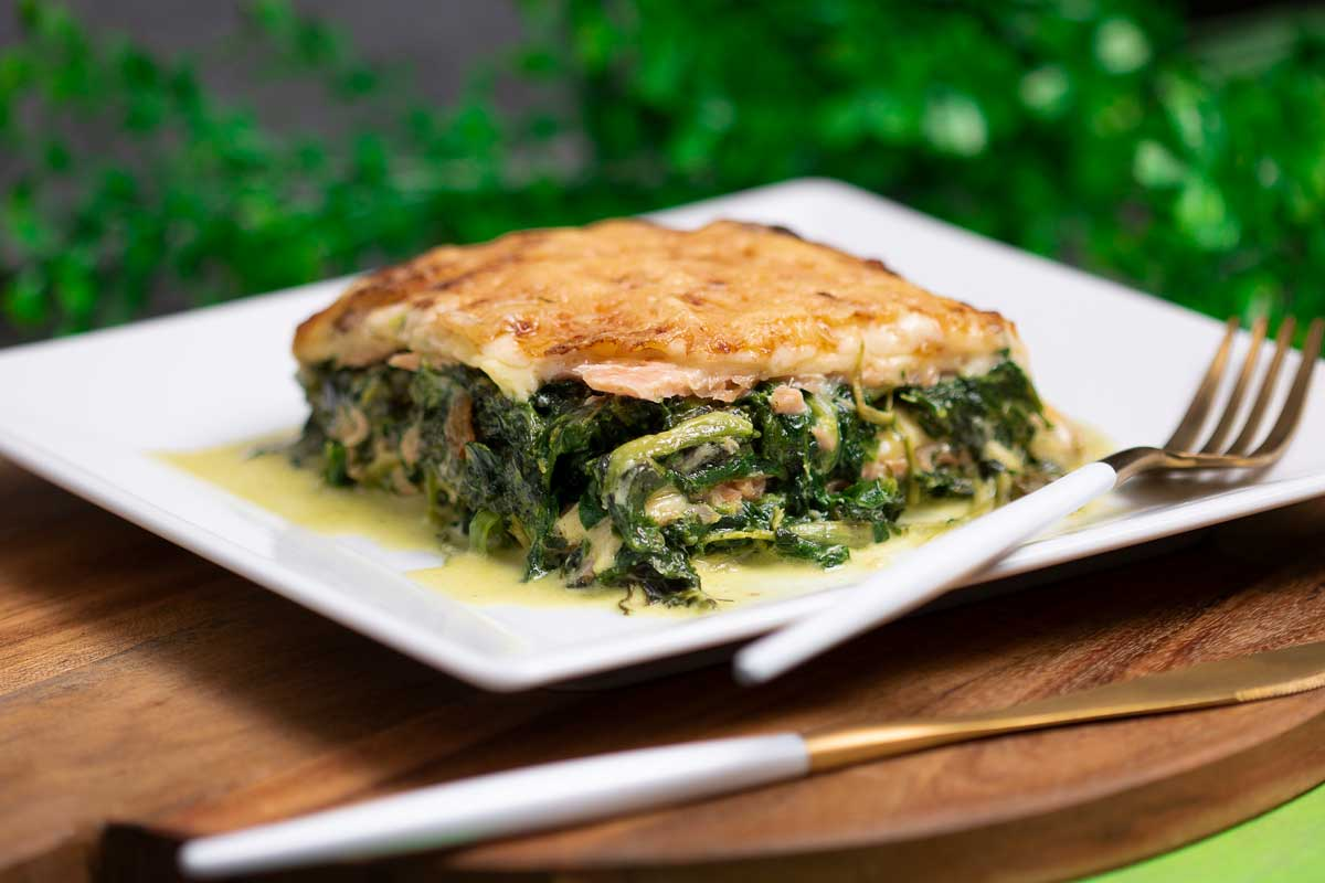 Die Spinat-Lachs-Lasagne ist ein leckeres Low Carb Hauptgericht. Die Nudelplatten sind ohne Zucker, Ohne Kohlenhydrate und ohne Mehl.