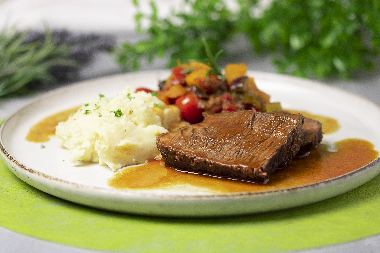 Das Stracotta ist ein italienischer Rinderschmorbraten. Serviert wurde diese Low Carb Version mit Selleriepüree und Gemüse.