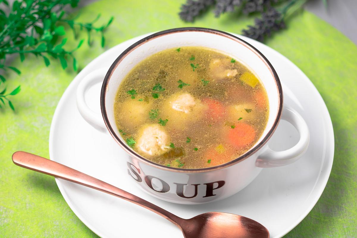 Die Blumenkohl-Nockerl Suppe ist Low Carb, glutenfrei und wärmt von innen.