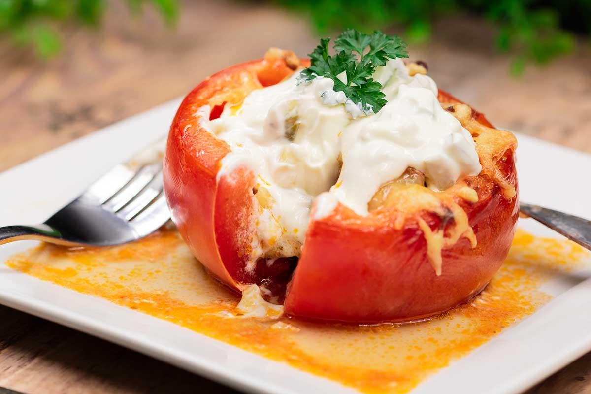 Die gefüllte Tomate ist lecker und Low Carb. Das Rezept ist einfach gekocht und schmeckt einfach lecker!