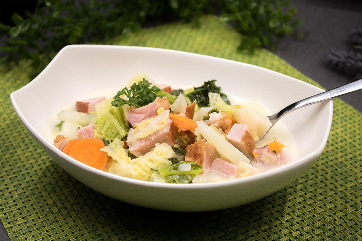 Der Wirsingeintopf mit Kassler ist lecker Low Carb und glutenfrei. Der Eintopf ist einfach gekocht und schmeckt einfach super.