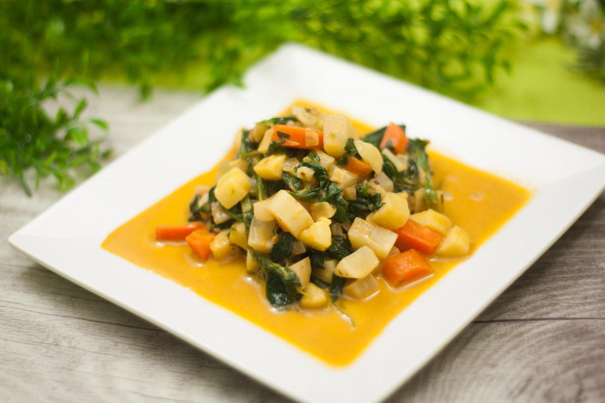 Die vegane Wurzelgemüse-Pfanne ist ein leckeres Low Carb Gericht. Es eignet sich für den Herbst und ist zudem glutenfrei.