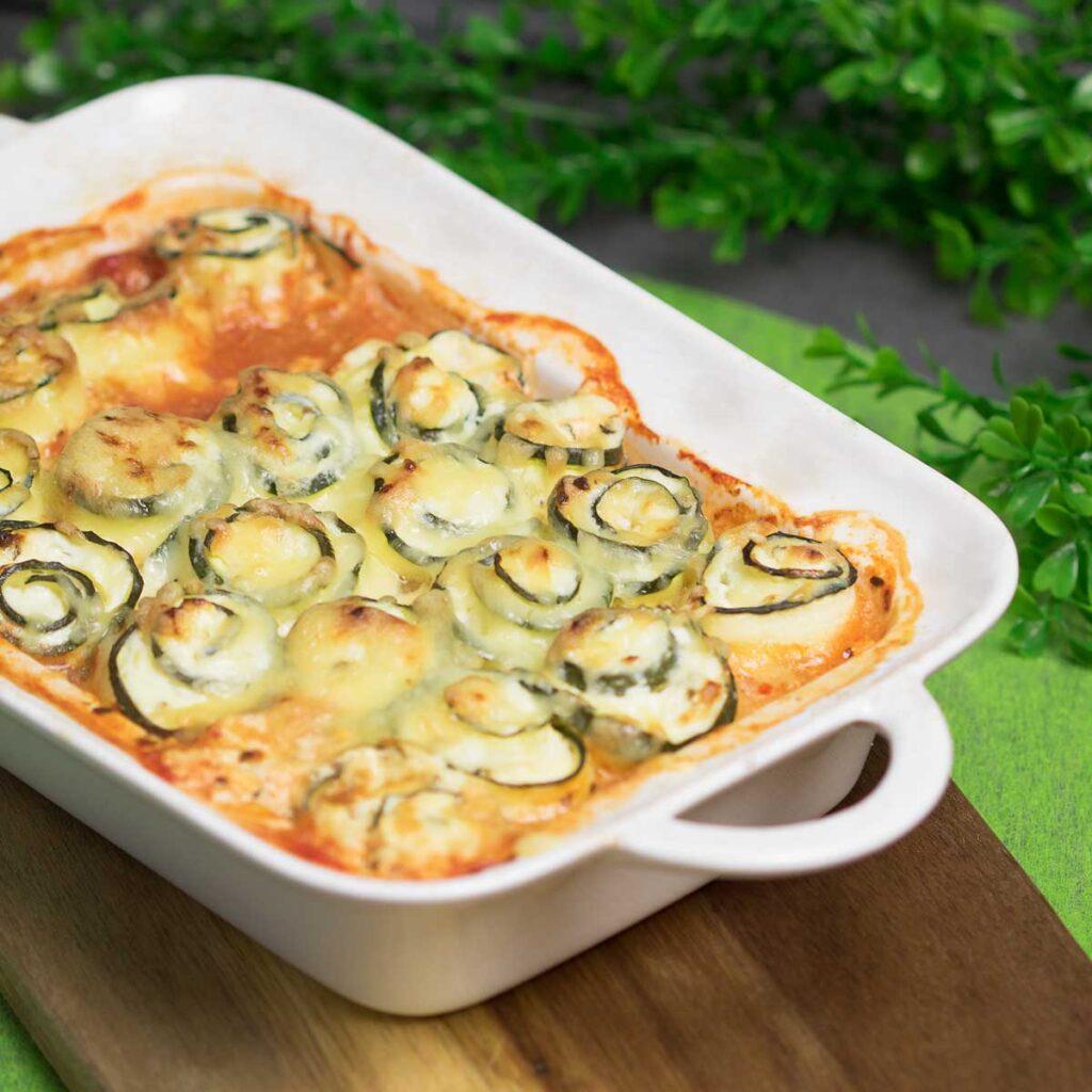 Die Zucchini-Röllchen sind lecker und Low Carb. Das Rezept ist glutenfrei und ohne Zucker.