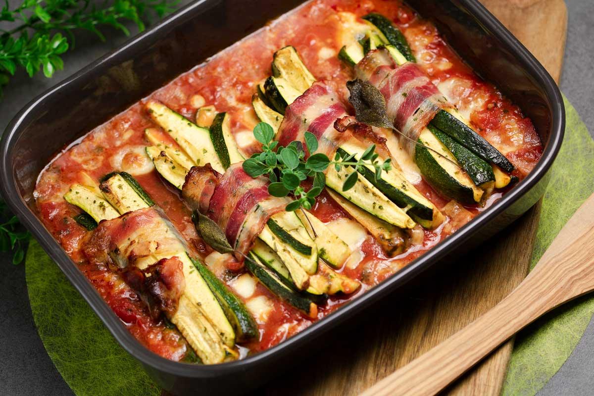 Die Zucchini-Päckchen sind lecker, Low Carb und einfach zu kochen.