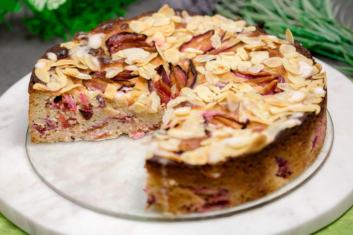 Der Zwetschgen-Mandel-Kuchen ist ein tolles Herbst Gebäck. Das Rezept ist zudem ohne Zucker und ohne Mehl.