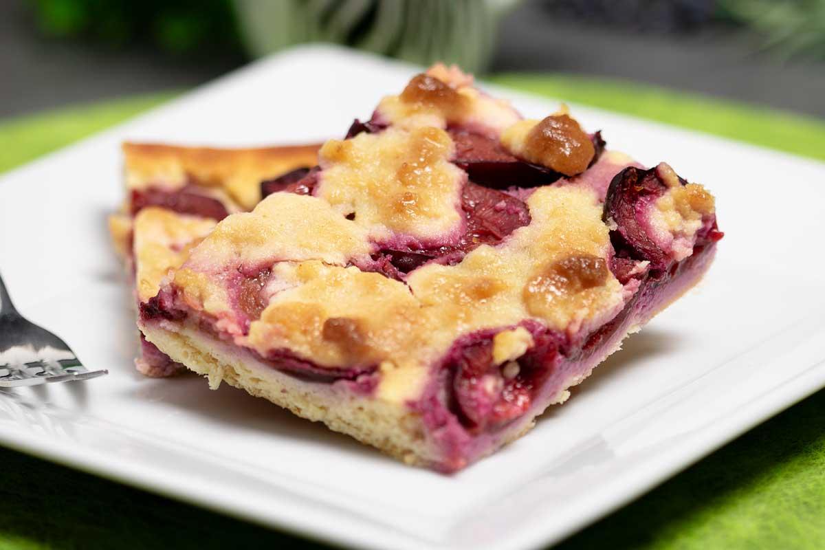 Der Zwetschgen-Streusel ist ein leckerer Herbstkuchen mit glutenfreiem Hefeteig ohne Kohlenhydrate.