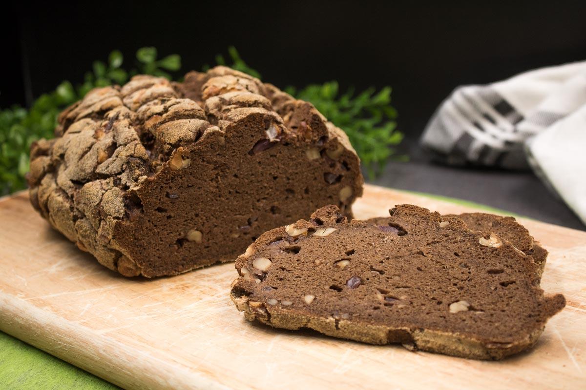Das Zwiebel-Walnussbrot ist ein leckeres Low Carb Brot was schön deftig und glutenfrei ist.