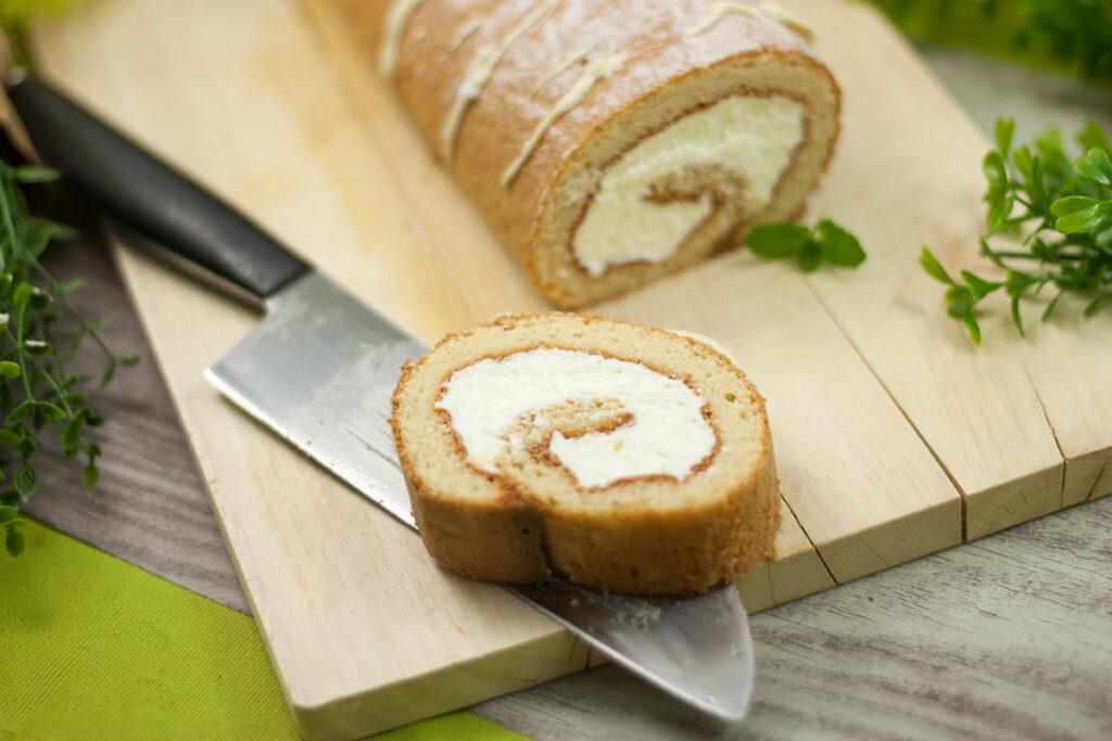 Die Zitronen-Biskuitrolle ist lecker Low Carb und glutenfrei.
