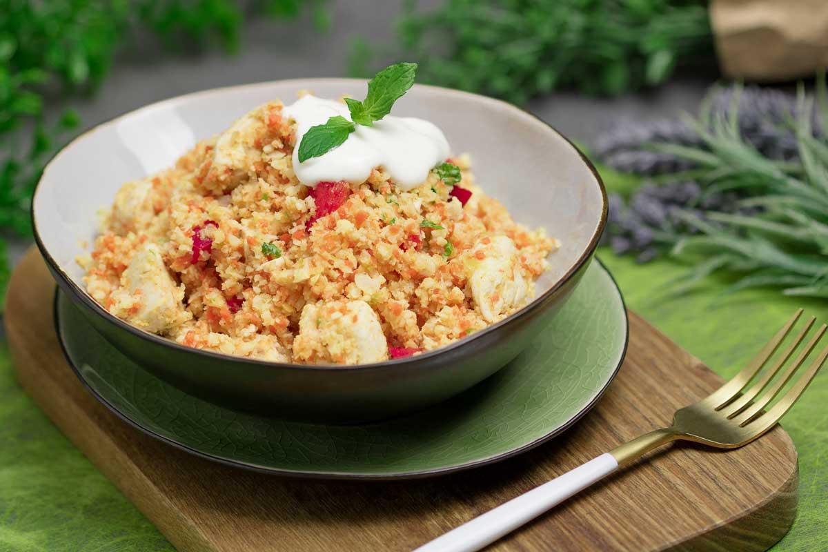 Der falsche Couscous-Salat ist ein leckeres Low Carb Gericht.