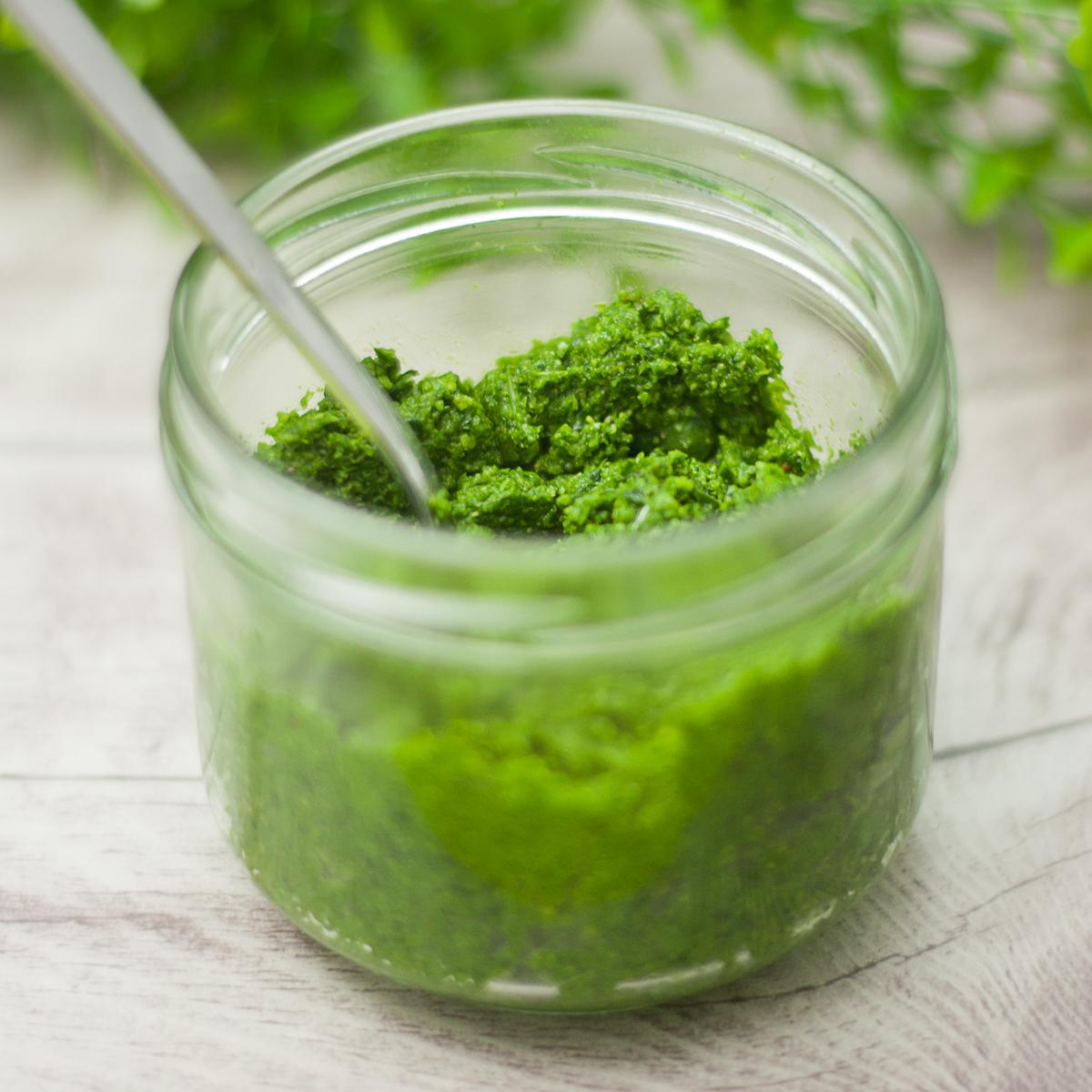 Das Kohlrabiblatt-Pesto ist perfekt für die Kohlrabizeit.