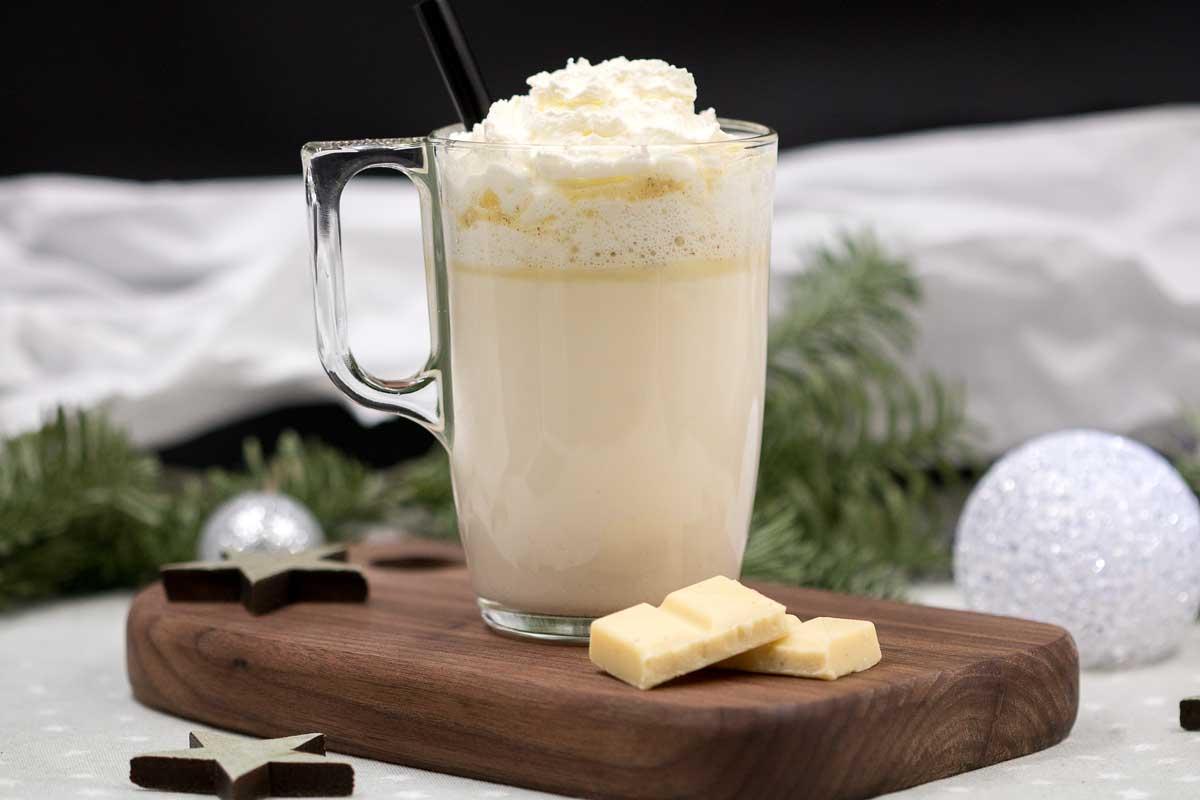 Die leckere heiße weiße Schokolade ist ein perfektes Getränk für kalte Tage. Das Rezept wärmt von innen und schmeckt richtig lecker.