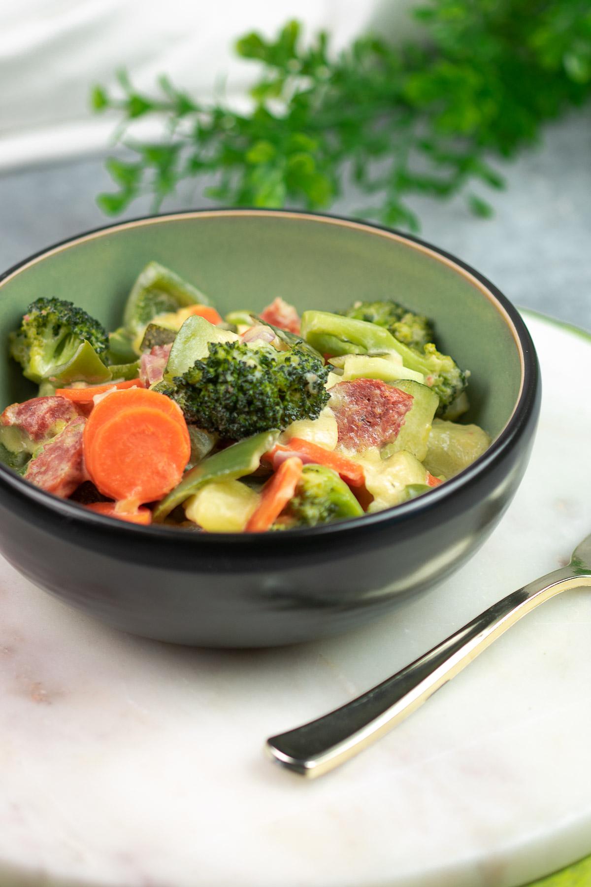 Das One-Pot-Gemüse ist ein leckerer Eintopf mit verschiedenem Gemüse, Mettenden und Schmand. Das Gericht ist einfach zu kochen und sehr lecker.