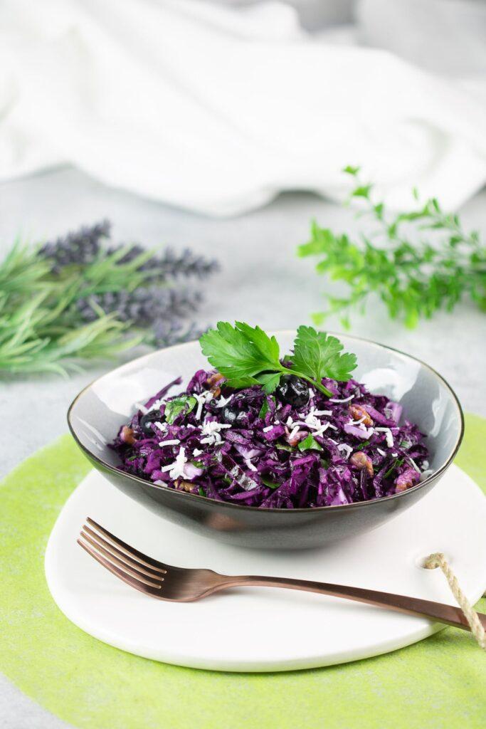 Der Rotkraut-Salat ist lecker, Low Carb und passt perfekt zum Herbst. Das Gericht kann man optimal für die Arbeit vorbereiten und kalt genießen.