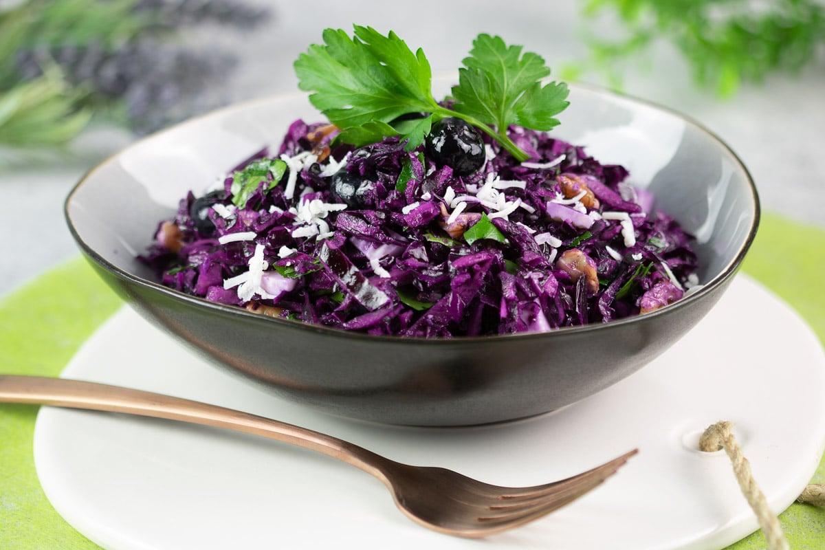 Rotkraut-Salat mit Ziegenkäse, Walnüsse und Beeren