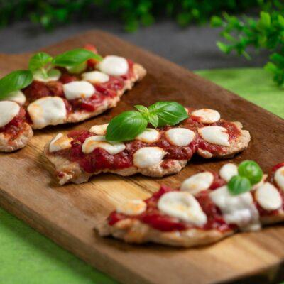 Schnitzelpizza ist ein leckeres deftiges Gericht. Das Rezept ist einfach gekocht und zudem Low Carb und glutenfrei.