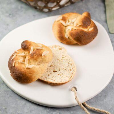 Die Osterbrötchen sind kleine Süße Brioche Brötchen die zu Ostern gegessen werden.