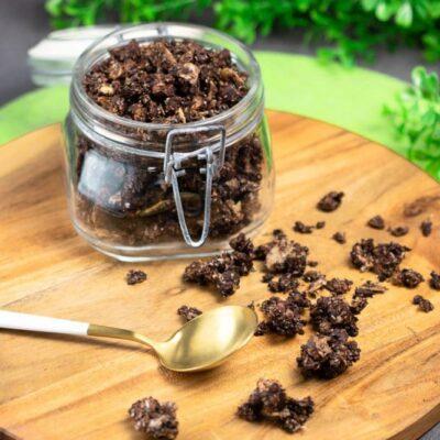 Das Haselnuss-Granola ist ein leckeres Low Carb Müsli. Das Rezept ist nicht nur lecker sondern auch glutenfrei und zuckerfrei. Es ist perfekt für die Low Carb Diät.
