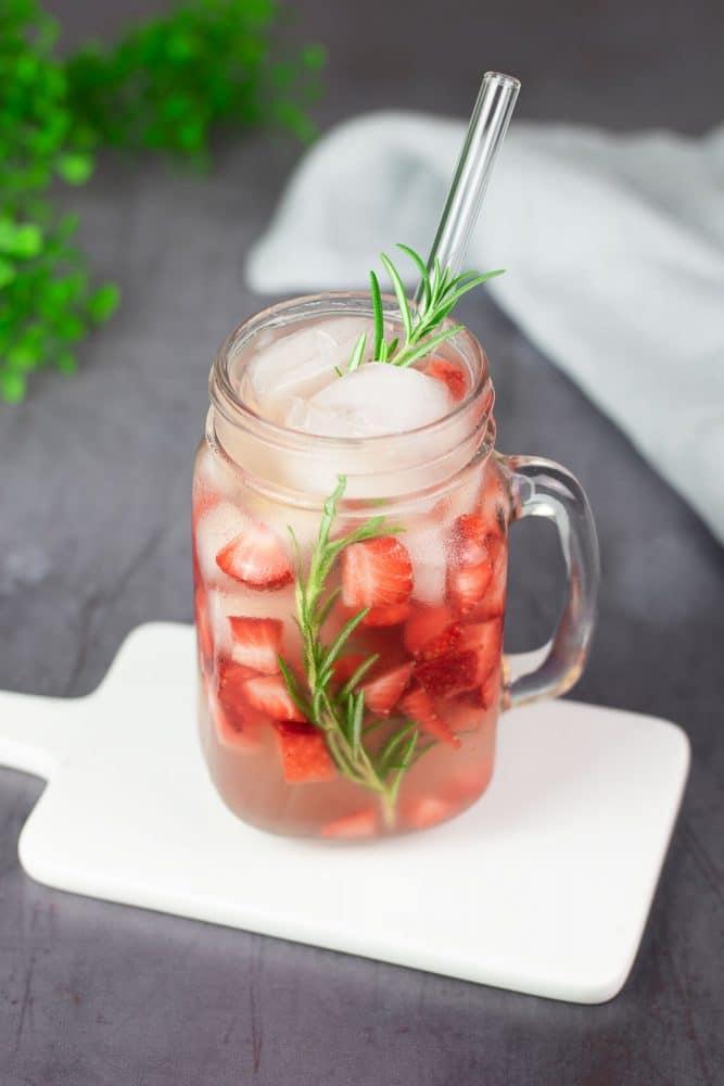 Der Strawberry Rosmary Cocktail ist ein leckerer Sommer-Cocktail der erfrischt, Low Carb und zuckerfrei ist.