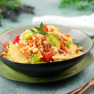 Der Krautsalat Asia Style ist ein Low Carb Salat der perfekt als Beilage zum Grillen taugt.
