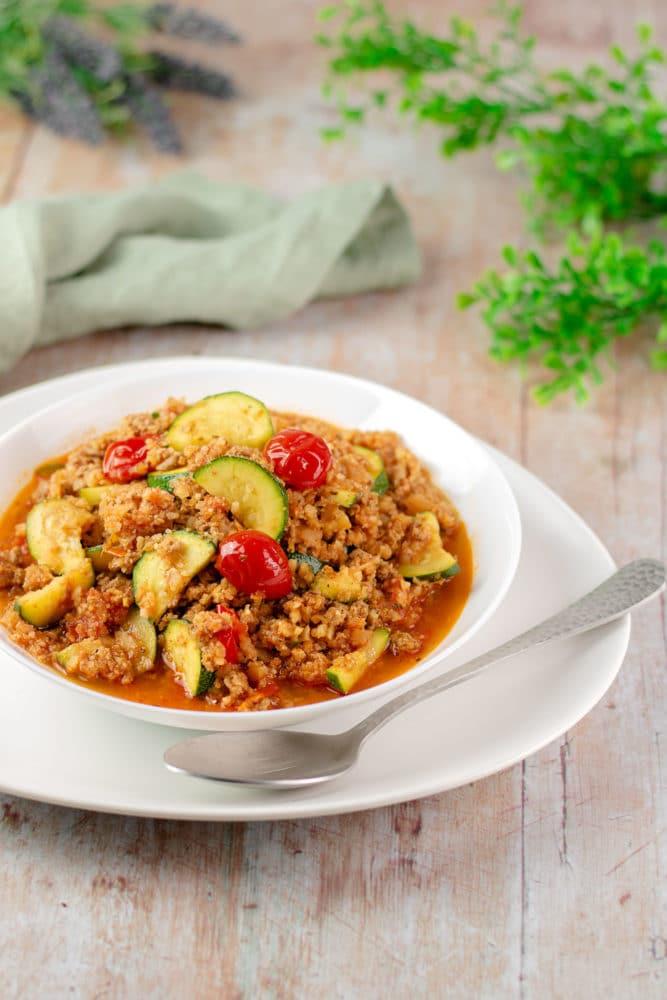 Die falsche Couscous-Pfanne ist ein leckeres Low Carb Gericht. Das Rezept ist zudem glutenfrei und zuckerfrei.