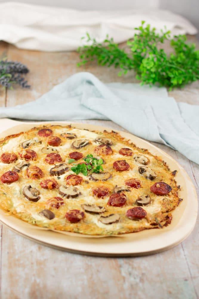 Der Zucchini-Flammkuchen ist lecker und Low Carb. Das Rezept ist zudem glutenfrei und zuckerfrei.