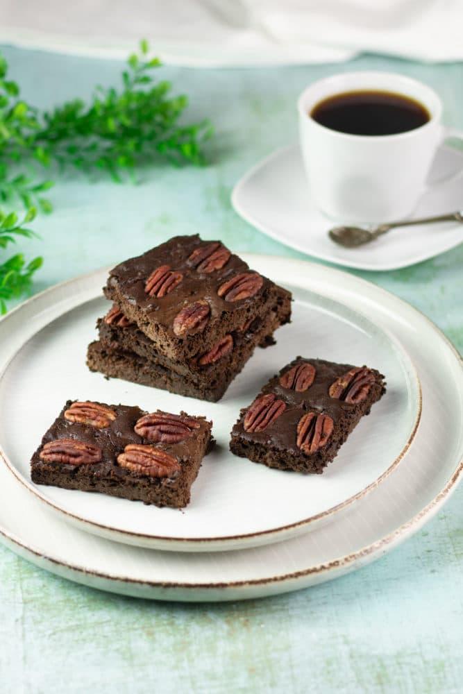 Die Zucchini-Brownies sind Low Carb, glutenfrei und zuckerfrei.