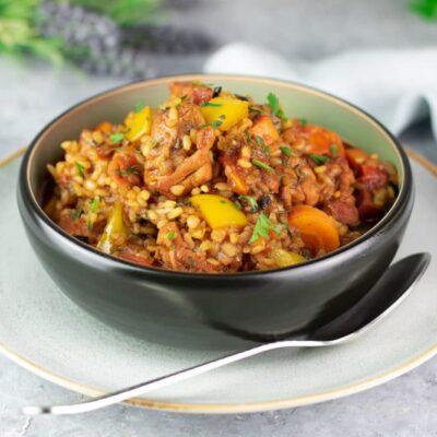 Das Jambalaya ist ein leckerer Eintopf mit Hühnchen und Wurst. Diese Variante ist zudem Low Carb und glutenfrei.