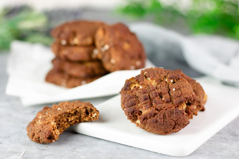 Salted  Macadamia-Cookies mit weißen Schokodrops