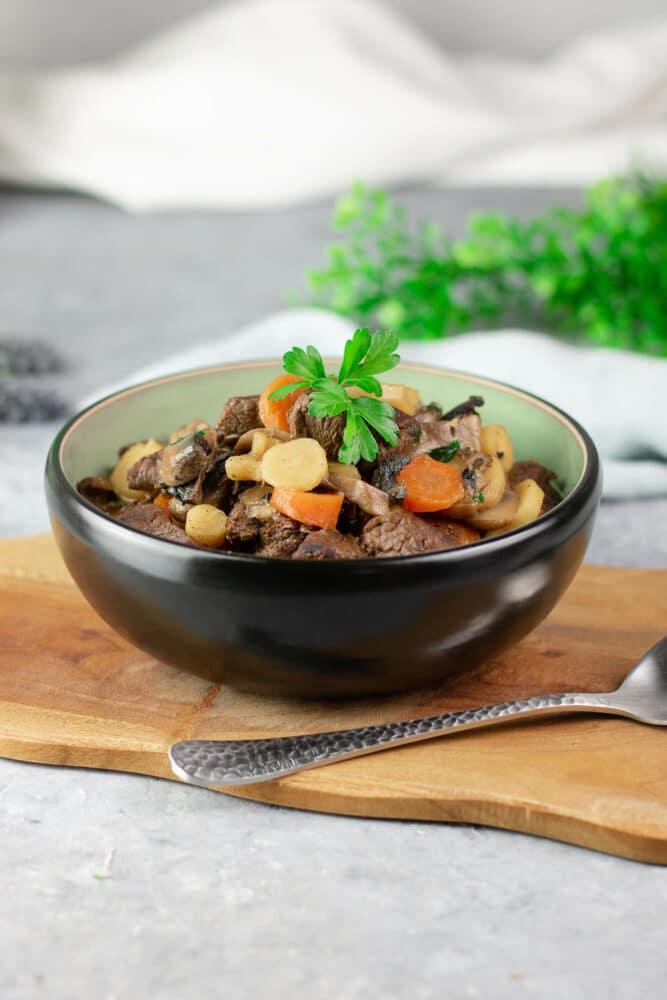 Der Jägertopf ist ein leckerer Low Carb Eintopf. Das Rezept schmeckt am besten im Herbst und Winter. Außerdem ist es glutenfrei.
