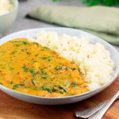 Das Kürbis-Curry mit Garnelen ist ein leckeres Low Carb Gericht. Es kommt ohne Zucker, ohne Mehl und ohne Milchprodukte aus.