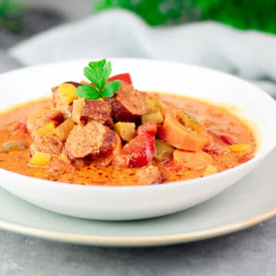 Der Paprika-Eintopf mit Mettenden ist gesund, Low Carb und schnell gekocht. Das Gericht kann man super vorbereiten.