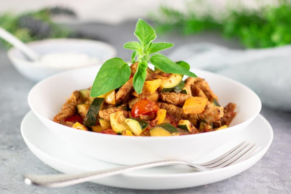 Gyros-Pfanne mit frischem Gemüse