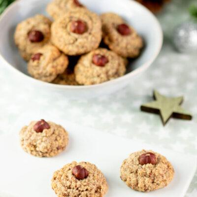 Die Haselnuss-Makronen sind Low Carb, glutenfrei und super lecker. Sie sind schnell gebacken und eignen sich perfekt für Weihnachten.