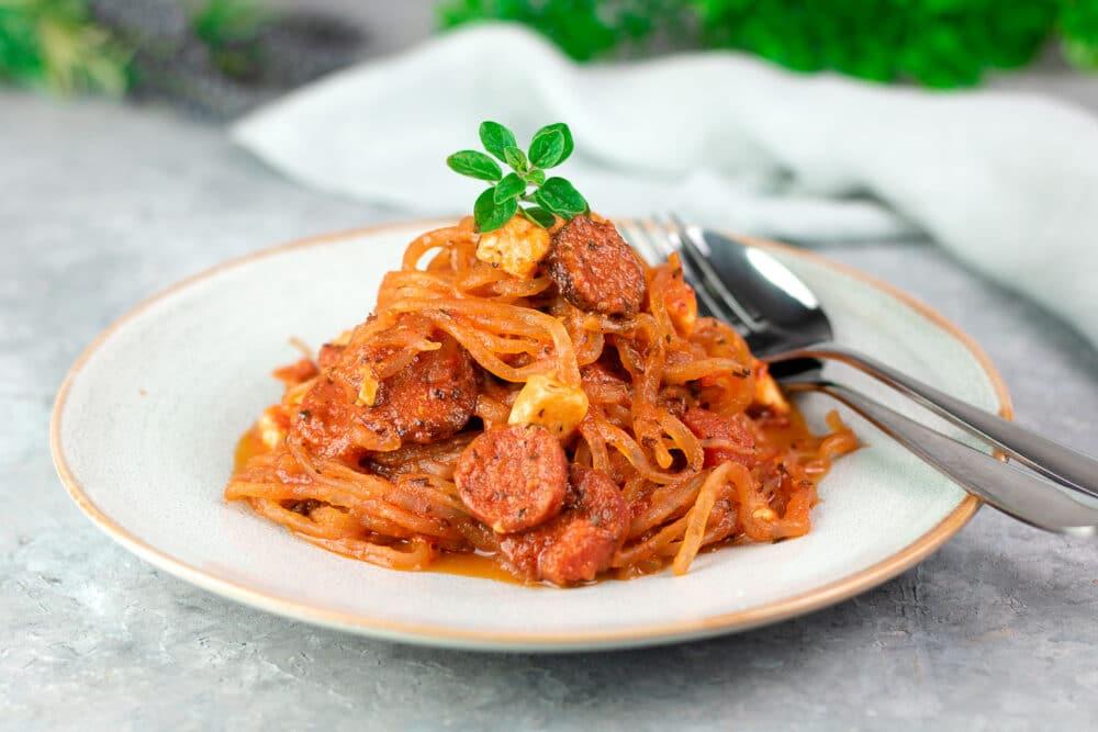 Konjak-Tomaten-Pfanne mit Chorizo und Feta
