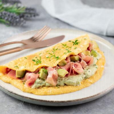 Das Avocado-Serrano-Omelett ist ein leckeres und schnelles Low Carb Gericht, welches auch noch glutenfrei und Keto geeignet ist.
