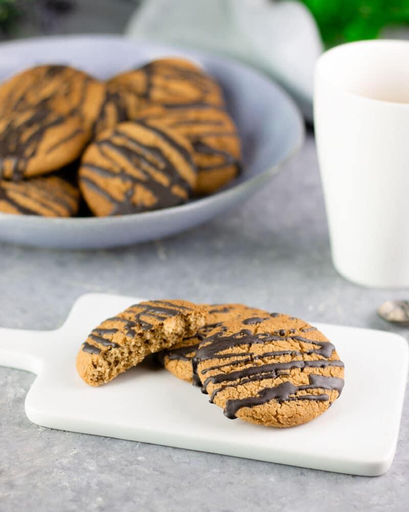 Die Orangen-Kekse sind ohne Zucker und Mehl gebacken. Sie sind Low Carb und glutenfrei. Das Gebäck schmeckt zudem im Herbst und Winter am besten.