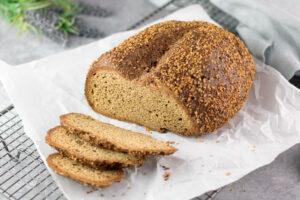 Das kernige Hanfbrot ist Low Carb, glutenfrei und zuckerfrei.
