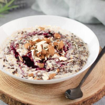 Das Low Carb Porridge ist eine schnelle Frühstücksidee die auch noch vegan und glutenfrei ist.