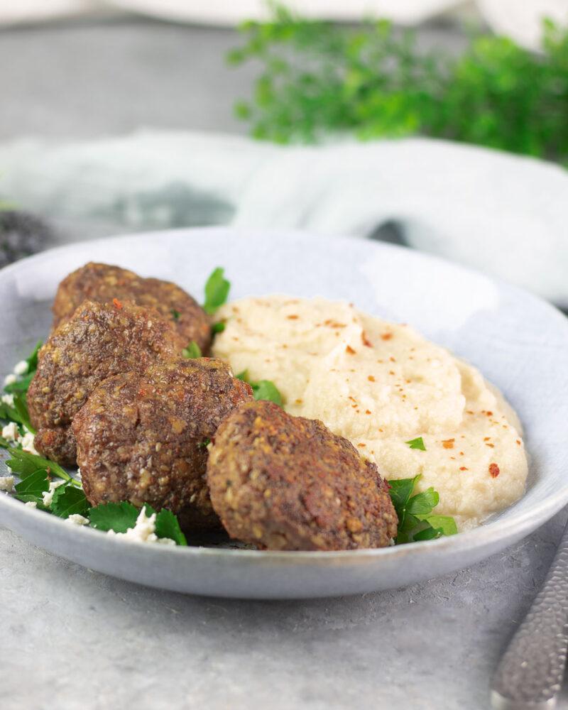 Die leckeren orientalischen Frikadellen sind mit Mandeln, Minze und Sesam verfeinert. Das Gericht ist so Low Carb und glutenfrei.