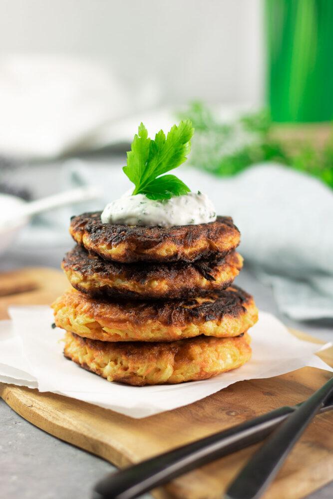 Die Sellerie-Möhren-Puffer sind eine tolle Low Carb Alternative zu Reibekuchen!