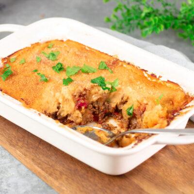 Der Shepherds Pie ist ein leckerer Fleischkuchen mit Püreekruste. Diese Version ist Low Carb und glutenfrei.