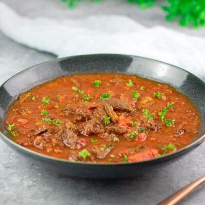 Die Gulaschsuppe ist ein echter Klassiker. Frisch zubereitet ist sie Low Carb und gesund!