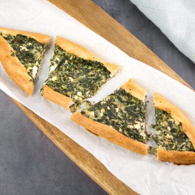 Die Low Carb Pide mit Spinat und Feta ist lecker, glutenfrei und vegetarisch.