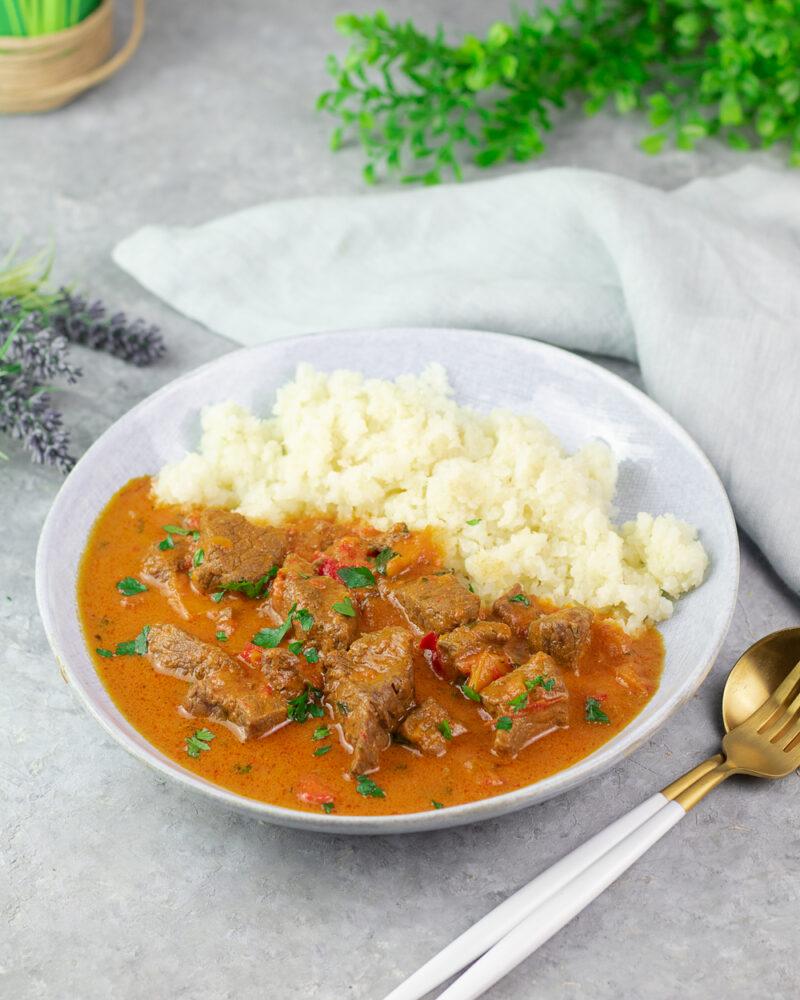 Indischen Touch auf dem Teller mit dem Rinder-Curry
